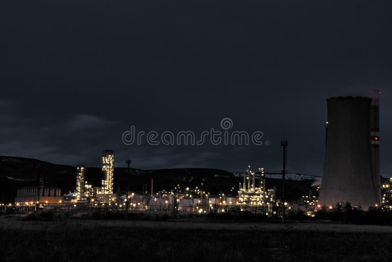 工厂大晚上石化产品视图 免版税库存照片