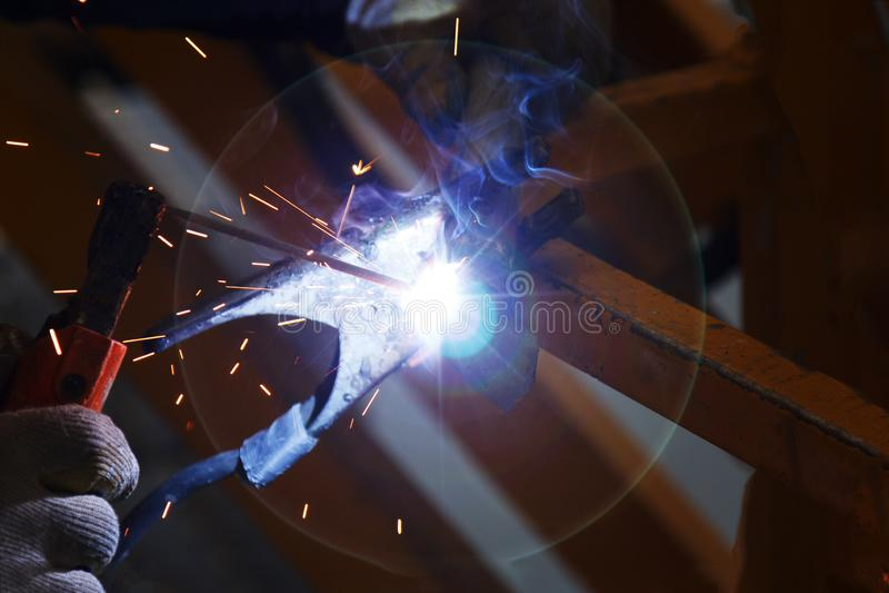 工厂焊接宏指令的产业工人 免版税库存图片