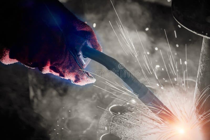 工厂焊接特写镜头的产业工人 免版税库存图片