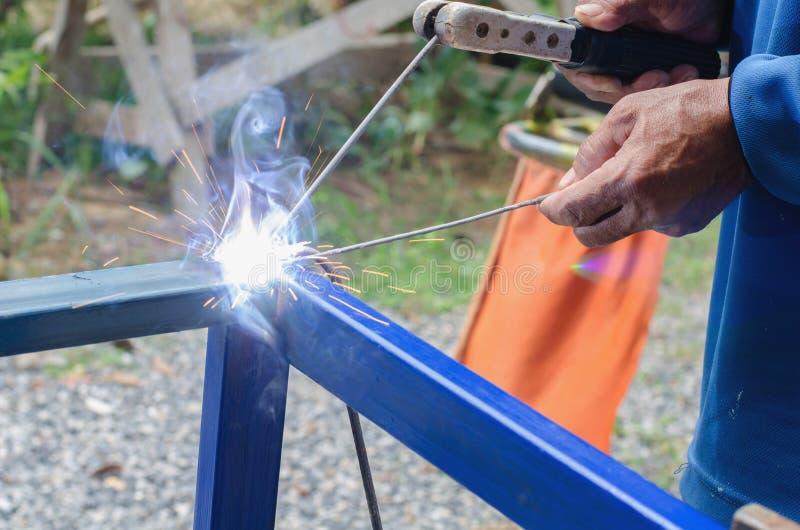 工厂焊接特写镜头的产业工人没有安全 库存图片