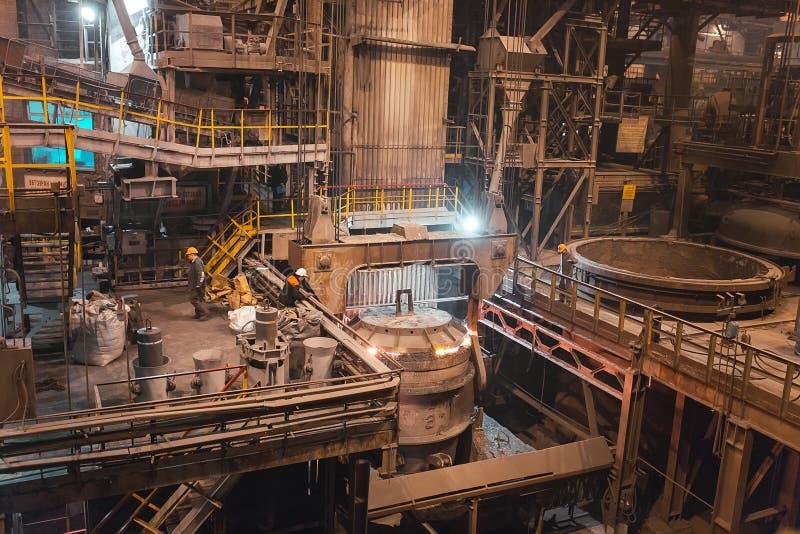工厂焊接的特写镜头的产业工人 免版税图库摄影
