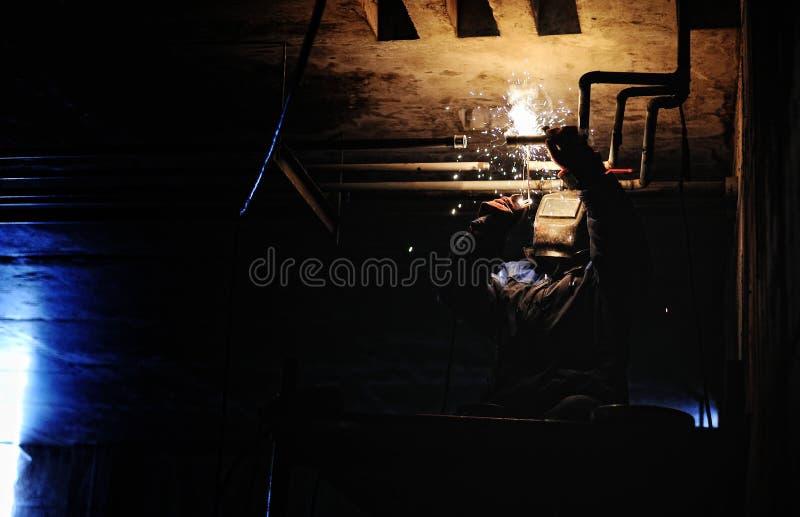 工厂焊接的钢建筑的产业工人 库存照片