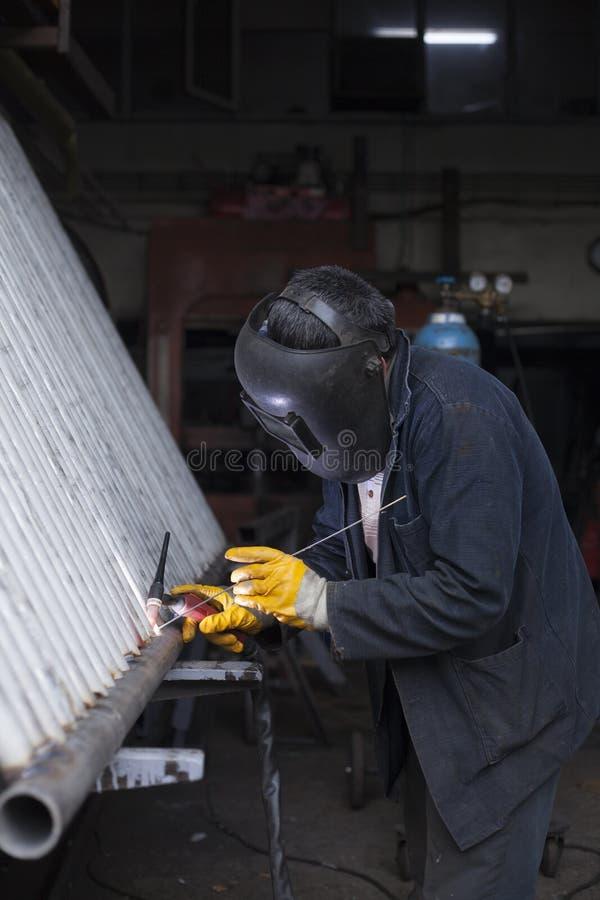 工厂焊接的钢结构的产业工人民工 库存照片