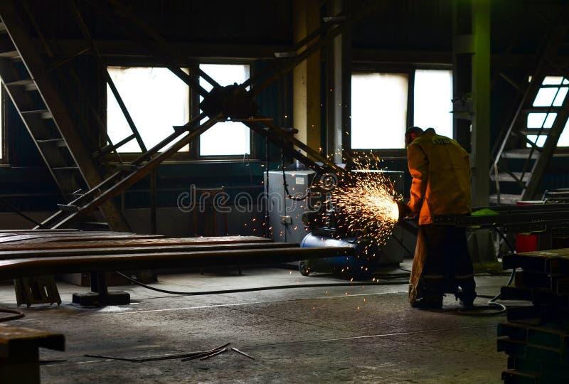 工厂焊接的钢结构的产业工人民工 图库摄影