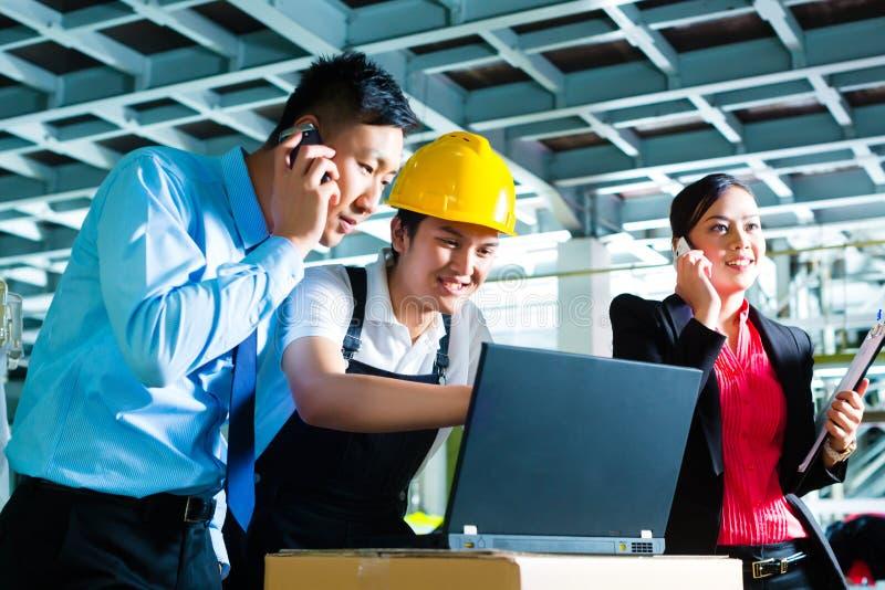 工厂的工作者和顾客服务 图库摄影