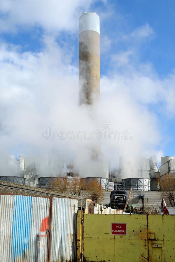 从工厂的烟 免版税库存图片