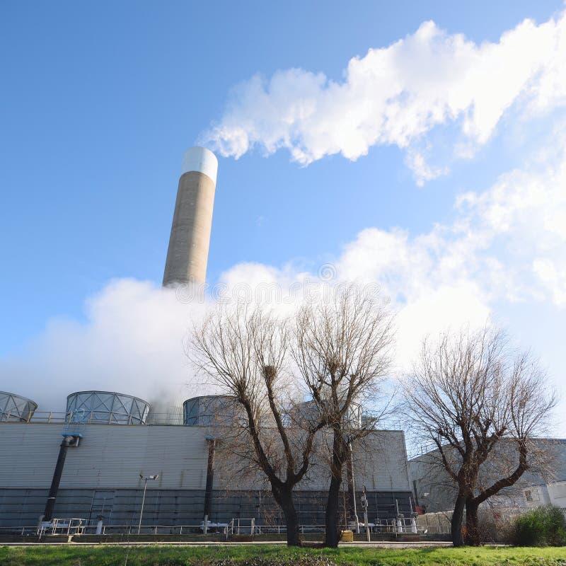 从工厂的烟 免版税库存照片