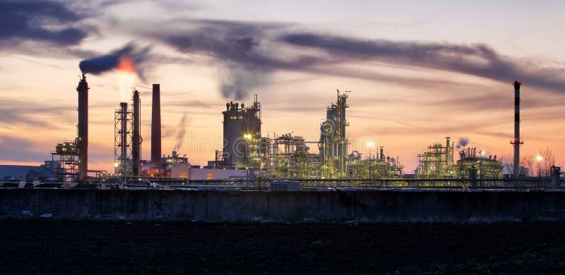工厂管子污染空气,从烟囱反对太阳,环境问题,生态题材,产业场面的烟 免版税库存照片