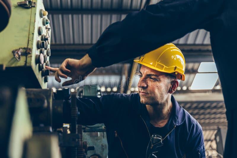 工厂维护工程师组对机械继电保护系统进行检查 库存照片