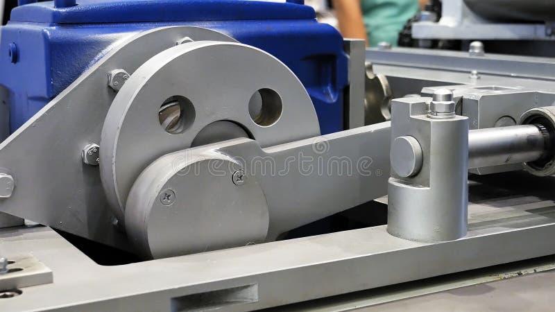 工厂设备机器摇晃的差速器传动齿轮轮子  免版税库存图片