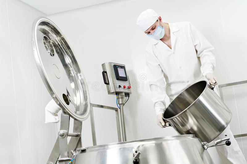 工厂配药工作者 免版税库存照片
