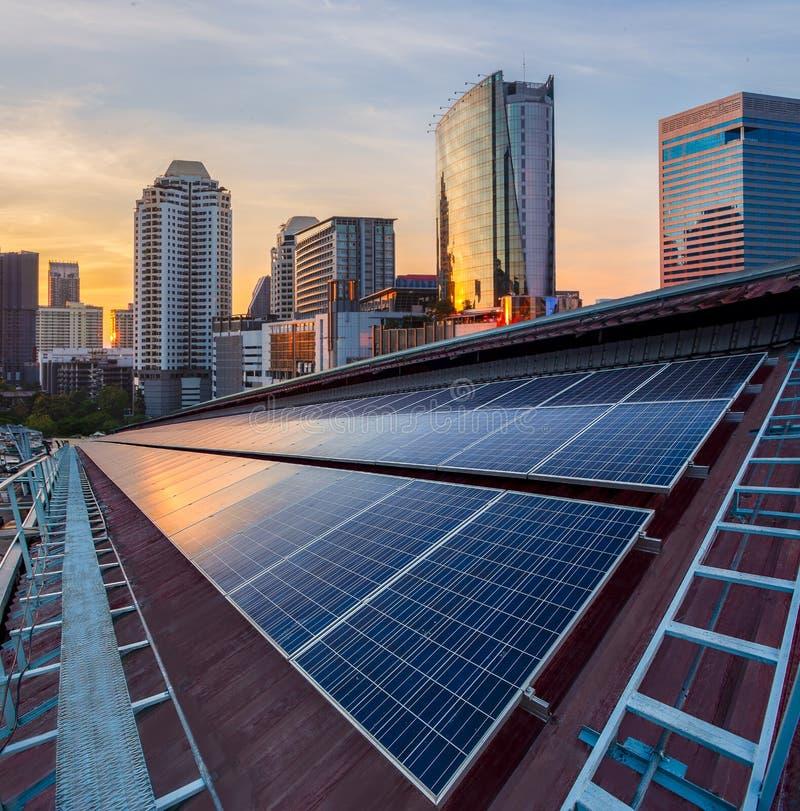 工厂,晴朗的天空蔚蓝背景,供选择的电来源屋顶的太阳电池板光致电压的设施- 免版税库存照片