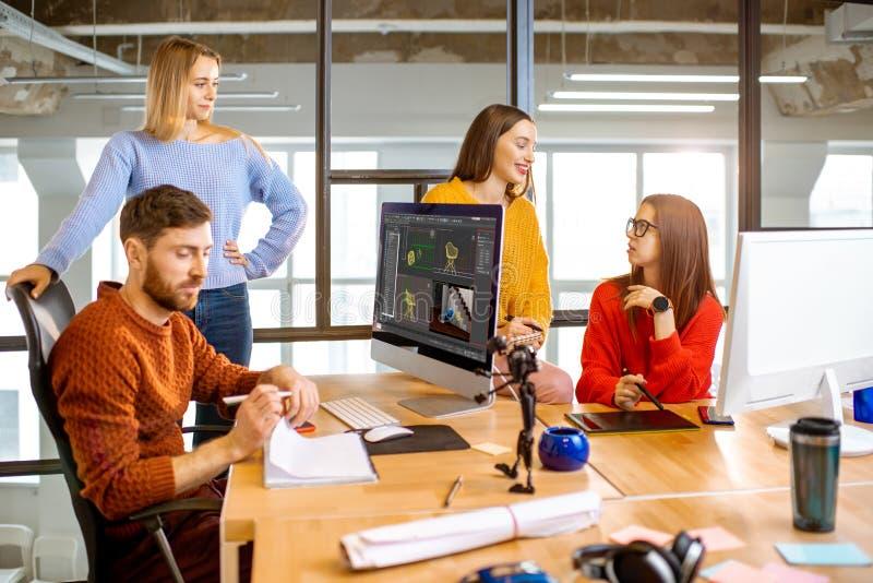 工友与3d在计算机上的模型一起使用在办公室 库存照片