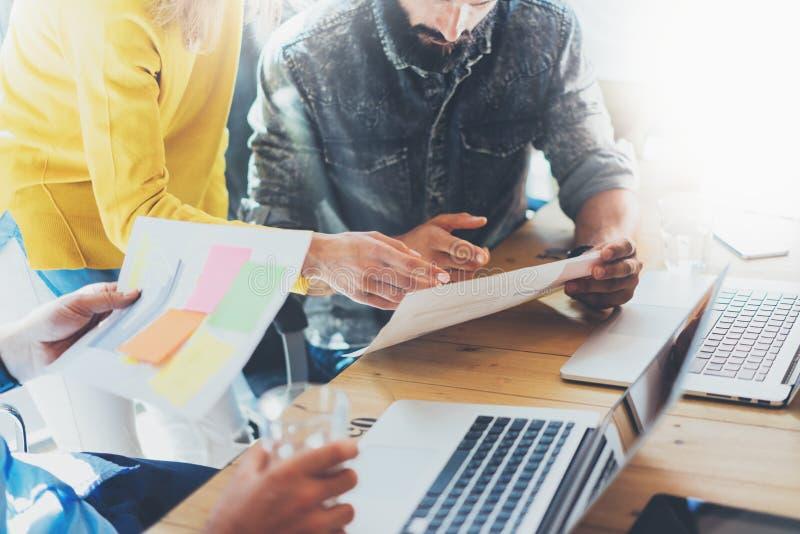 工友在工作过程现代顶楼期间的队激发灵感 交易起步 配合概念 谈论的妇女财务 免版税库存图片