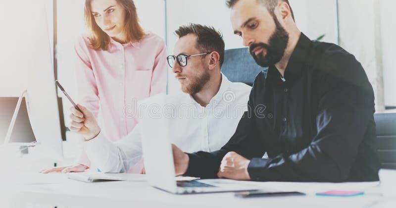 工友在晴朗的办公室 项目负责人队工作新的想法 年轻businessmans与起始的现代演播室一起使用 库存图片