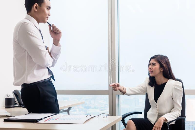工友在有的办公室交谈 免版税库存照片