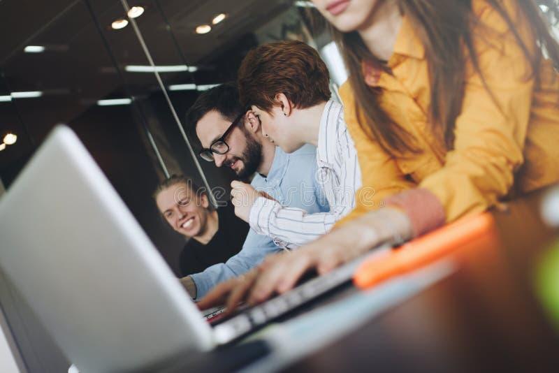 工友工作在sof的现代顶楼的资讯科技专业队  免版税图库摄影