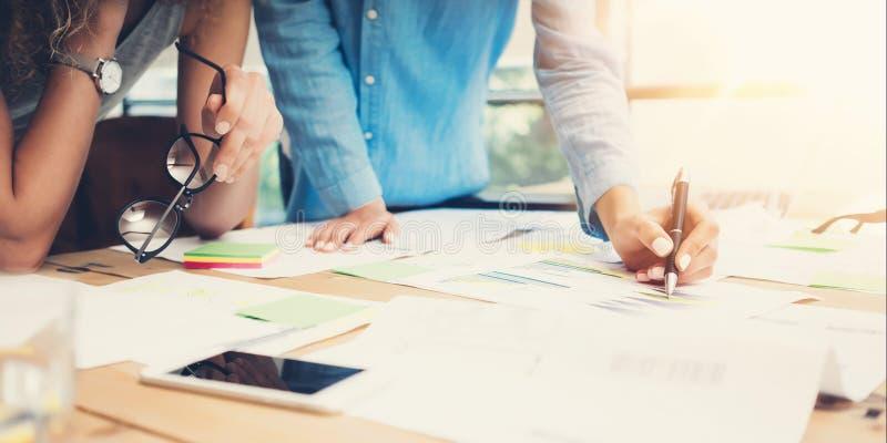 工友工作过程现代办公室顶楼 帐户经理队产物新的想法项目 年轻企业乘员组工作 免版税库存图片
