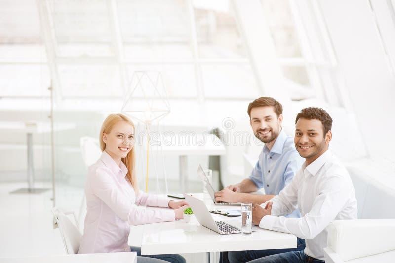 年轻工友有激发灵感会议在现代办公室 免版税库存照片