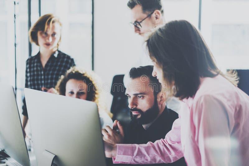 工友照片在现代办公室 项目负责人队工作新的想法 年轻企业乘员组与起始的演播室一起使用 免版税库存照片