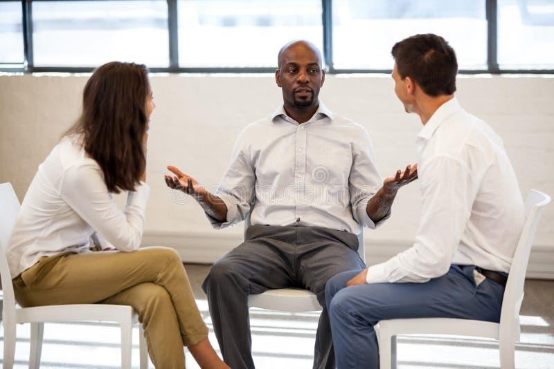 工友谈话在会议期间 免版税库存图片