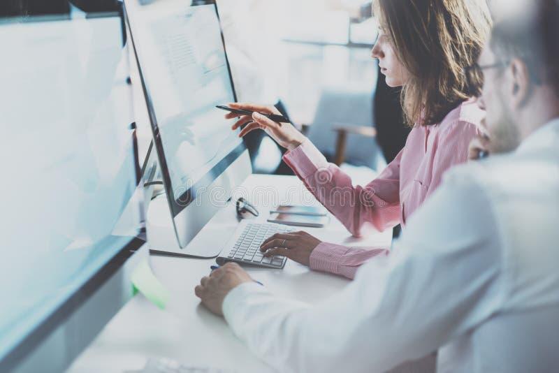 工友队在现代办公室 项目负责人工作新的想法 年轻企业乘员组与起始的演播室一起使用 桌面 免版税图库摄影