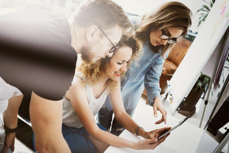 工友队工作现代办公室地方 显示新的企业想法起动介绍的帐户经理 妇女接触 图库摄影