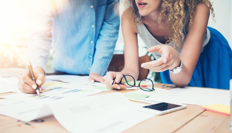 工友队工作过程现代办公室顶楼 帐户经理导致新的想法项目 年轻企业乘员组工作 库存照片