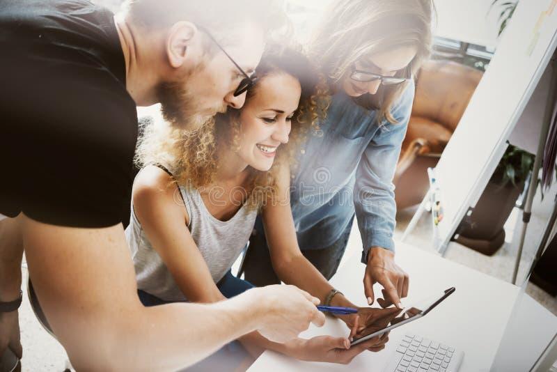 工友队现代办公室地方 帐户经理工作新的企业想法起动介绍 妇女感人的手 免版税图库摄影