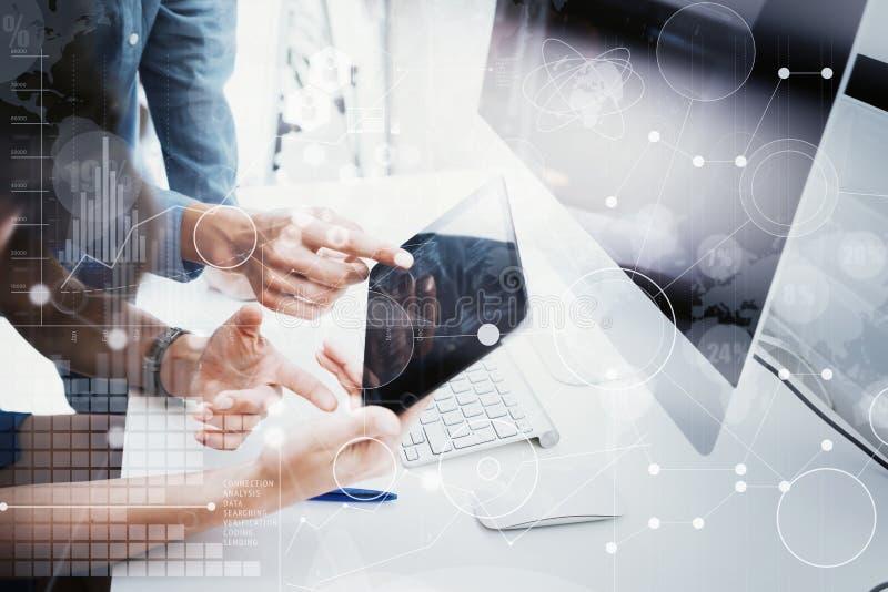 工友队运作的办公室演播室起动 使用现代片剂,桌面显示器木头表的商人 银行经理 免版税图库摄影