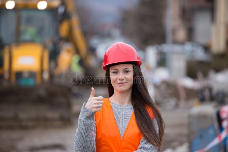 工地工作的妇女工程师 免版税库存照片