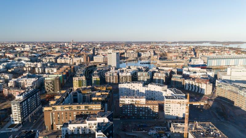 工地工作背景 卷扬起重机和新的多层的大厦在日落 r Jatkasaari,Helsink 图库摄影