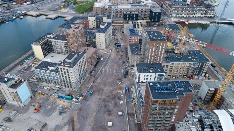 工地工作背景 卷扬起重机和新的多层的大厦在白天 r Sompasaari,Helsi 免版税库存照片
