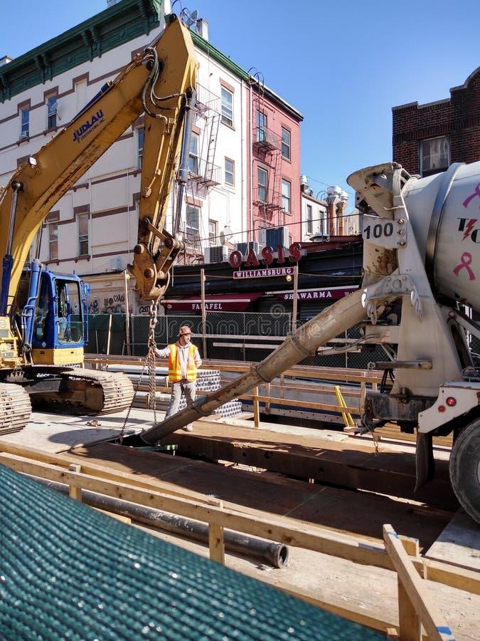 工地工作,倾吐的水泥,布鲁克林,NY,美国 免版税图库摄影