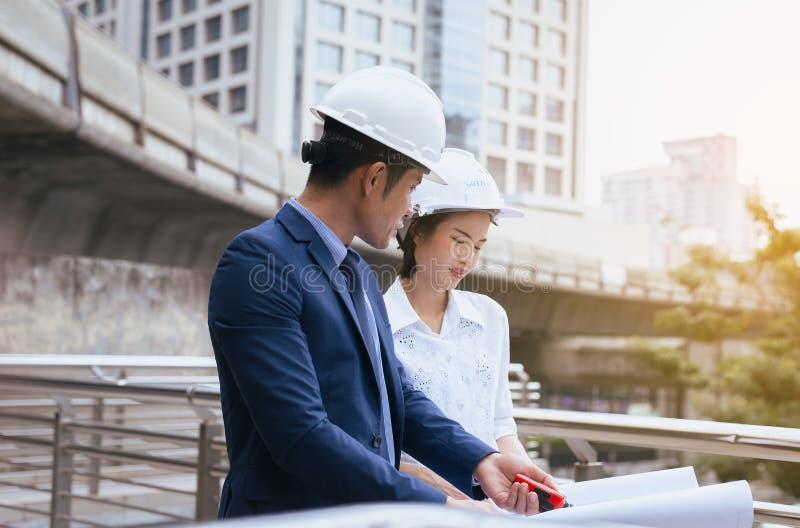 工头在expertising在建造场所的工作结构有方案的 库存图片