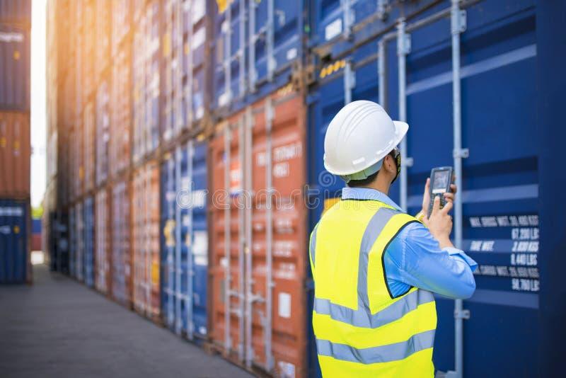 工头控制装货从货物货物船的容器箱子进出口的,工头控制工业容器货物freig 图库摄影