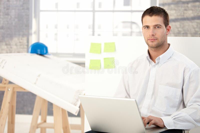 工程人办公室运作的年轻人 免版税库存照片