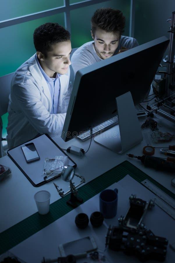 工程学学生在实验室里 免版税库存照片