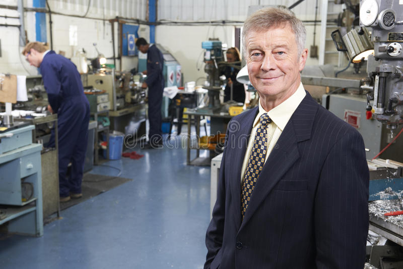 工程学工厂业主有职员的在背景中 图库摄影