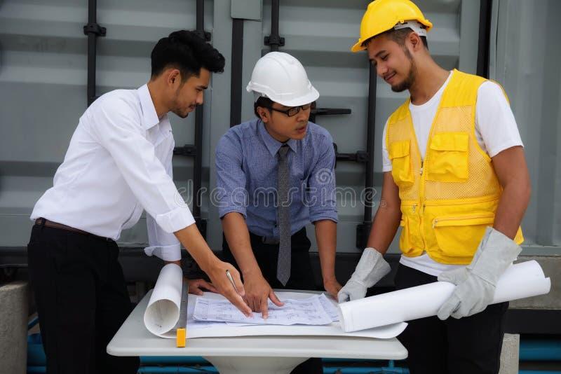 工程学队谈论的项目计划 免版税库存照片