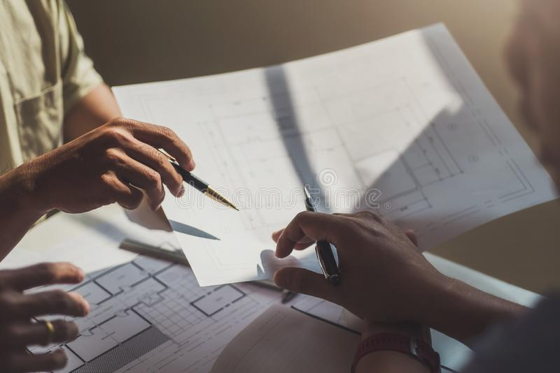 工程师人与图画检查一起使用在工作场所在办公室 工程学工具和建筑概念 建筑师和 免版税库存图片