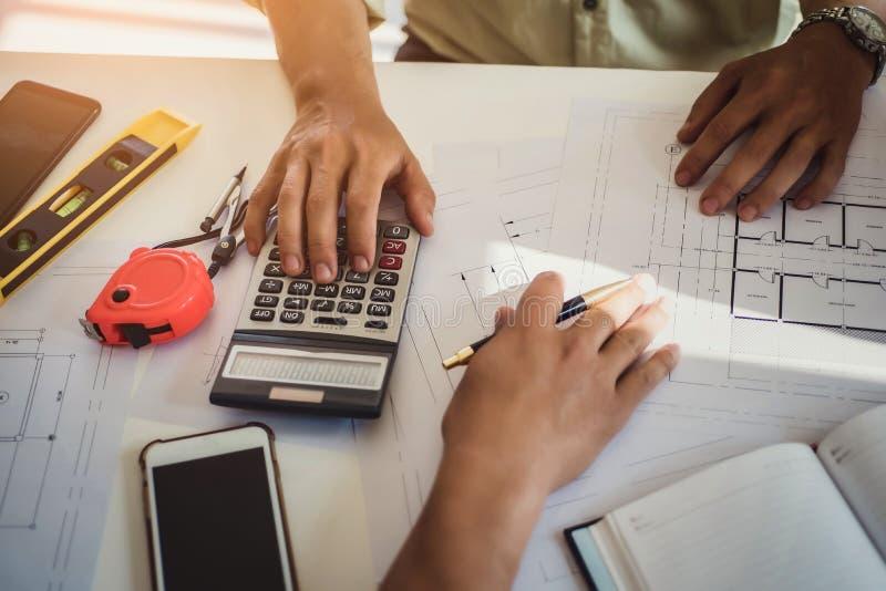 工程师人与图画检查一起使用在工作场所在办公室 工程学工具和建筑概念 建筑师和 免版税库存照片