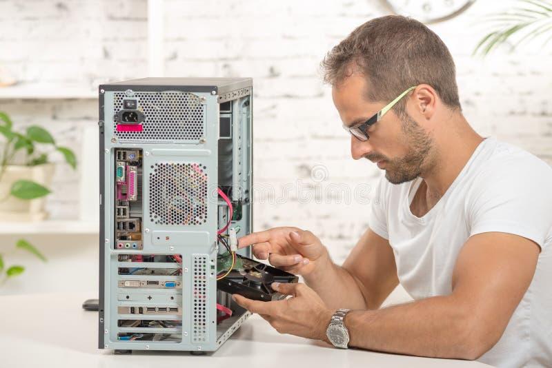 年轻工程师修理了计算机 免版税库存图片