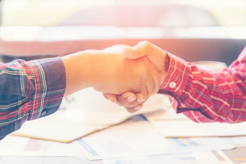 工程师合作工作握手在会议上并且在站点谈论工作 伙伴和企业队会议工作建筑, 免版税库存照片