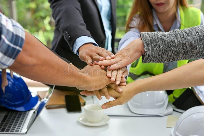 工程师和事务 配合和人概念 一起配合联系 手男人和妇女在办公室 免版税库存图片