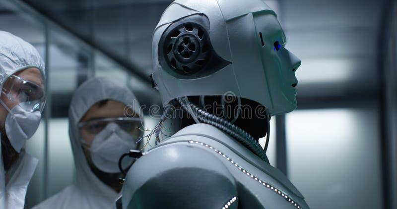 工程师在机器人控制的定象导线 图库摄影