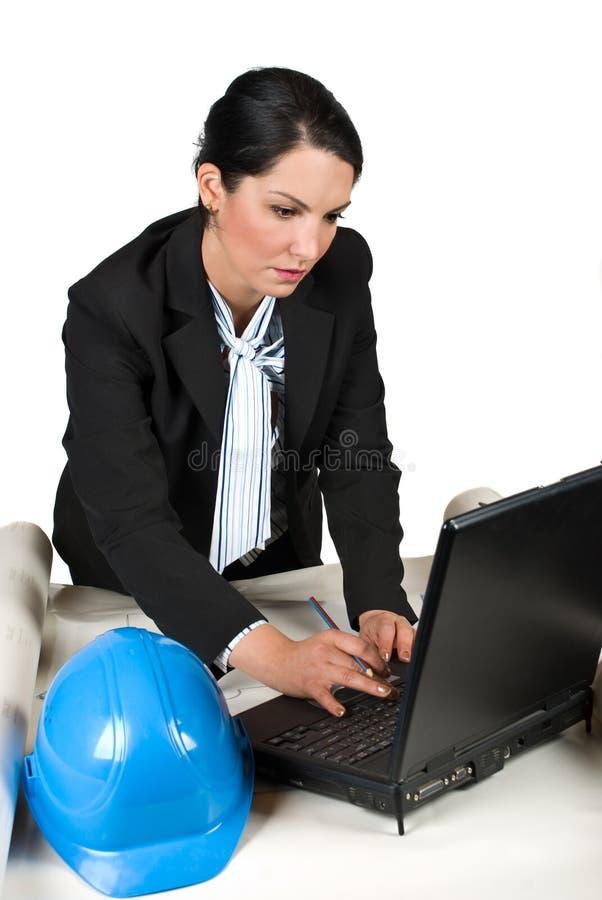 工程师妇女在有膝上型计算机的办公室 库存照片