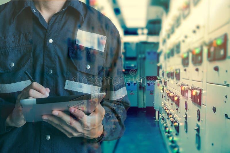 工程师或技术员人两次曝光与tabl一起使用 免版税库存照片