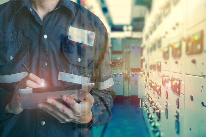 工程师或技术员人两次曝光与tabl一起使用 库存图片