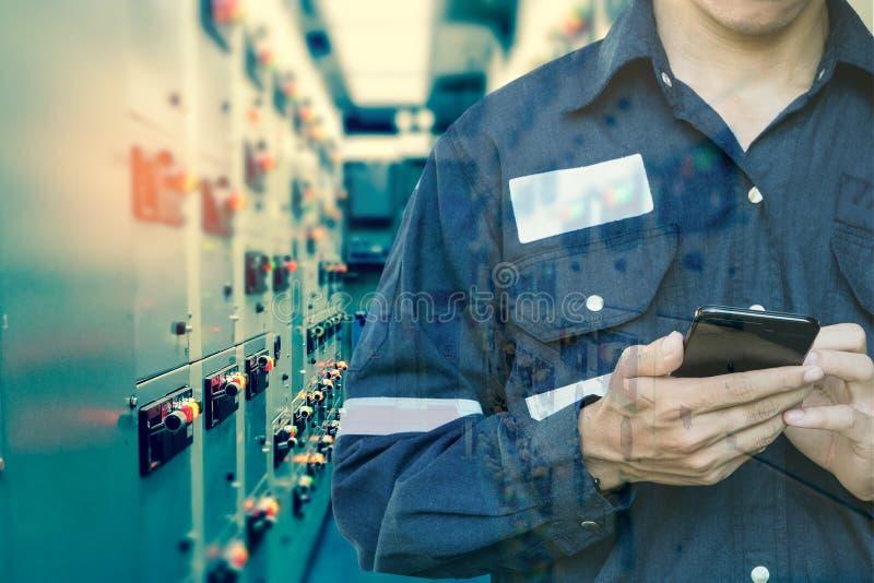 工程师或技术员人两次曝光使用巧妙的电话的 免版税库存图片